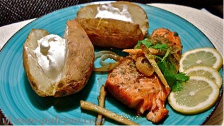 Тушеный лосось с имбирем и печеной картошкой
