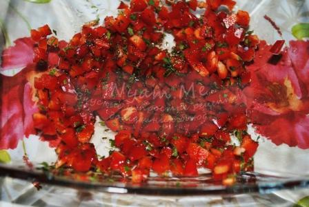 мелко нарезать перец и чеснок, зелень и залить маслом