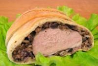 Мясо, запеченное в слоеном тесте с грибами и рисом + видео