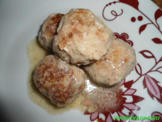 Тефтели мясные в соусе с яблоком