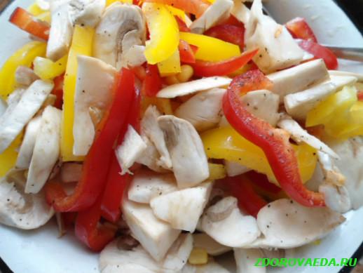 Запеченное филе лосося с грибами и сладким перцем