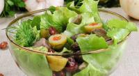 Зеленый салат с мясом и фасолью