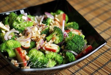 Салат из морепродуктов и брокколи