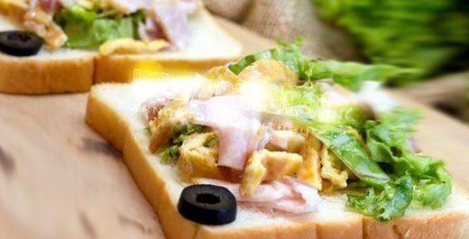 вкусный салат с яичными блинчиками, ветчиной, салатными листьями
