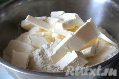 Муку смешать с холодным маслом и растереть в крошку.