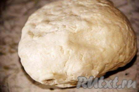 Добавить сметану и замесить тесто. Отправить тесто в холодильник на час, лучше всего на ночь. Отдохнувшее тесто достать из холодильника и можно приступать к формированию кифликов.