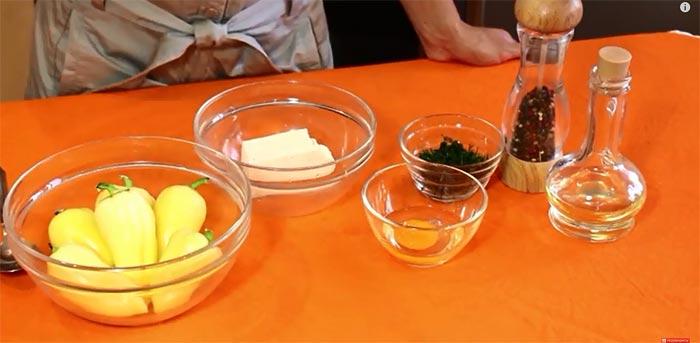 Перец фаршированный брынзой и яйцом