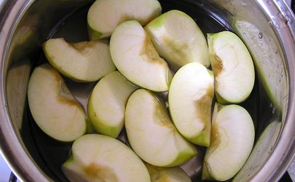 Яблочно-карамельный десерт с коньяком