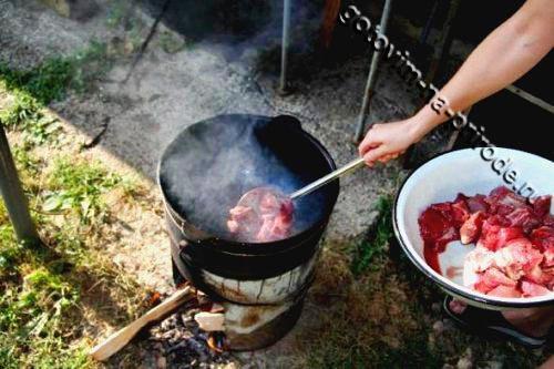 Лагман на костре - Добавляем мясо в казан