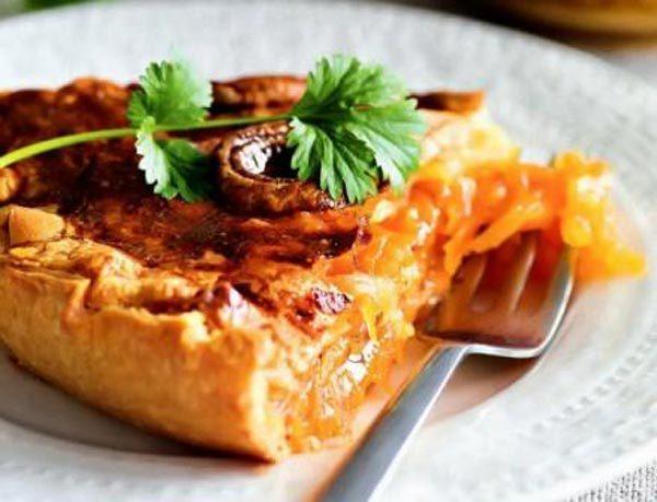 Вкусный пирог с молодой морковью и медом