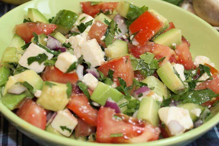 Салат овощной с колбасой и брынзой