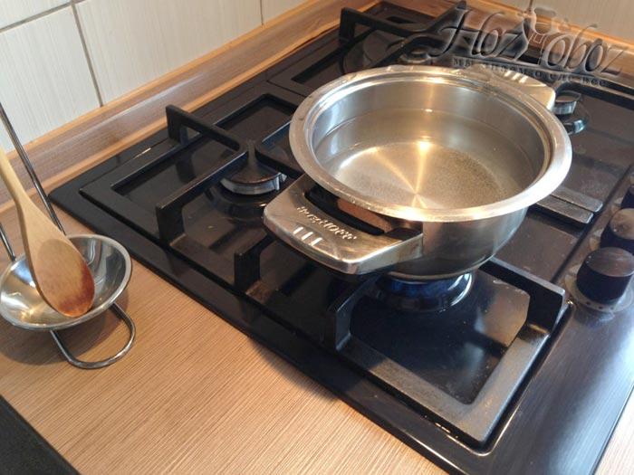 Ставим на огонь кастрюлю с водой для приготовления яиц пашот